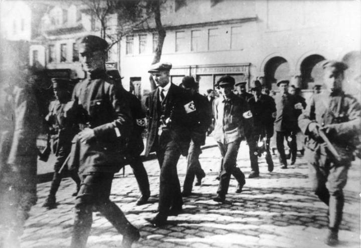Bundesarchiv_Bild_183-K0105-0601-004,_Märzkämpfe_in_Mitteldeutschland,_Eisleben