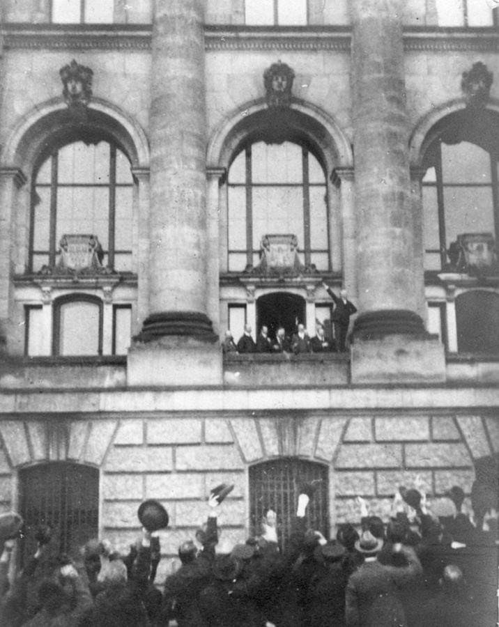 german716px-Ausrufung_Republik_Scheidemann